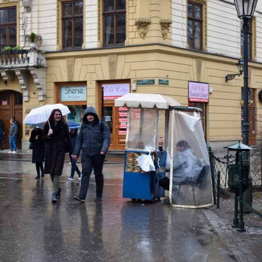 No matter the weather, obwarzanki are there!